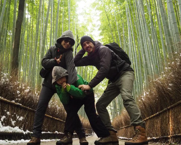 Family on trip presso la foresta di bambù di Arashiyama